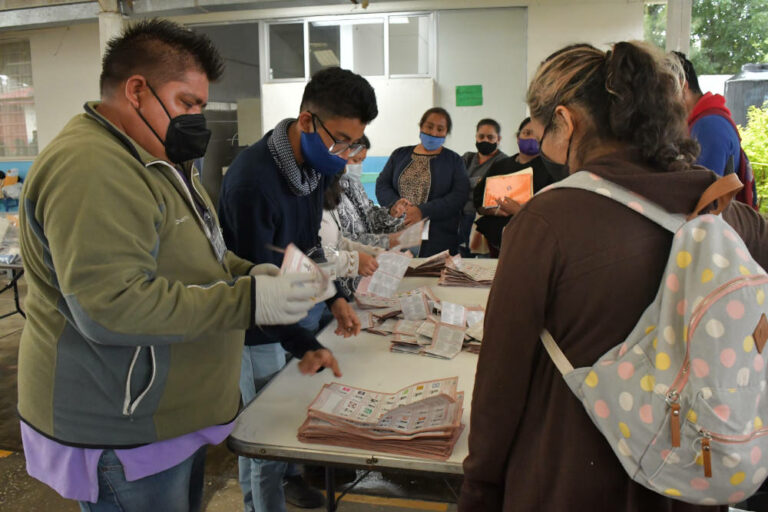 Conteo de votos al cierre de una Casilla Electoral en Puebla, México, durante las Elecciones Intermedias del 6 de junio de 2021.